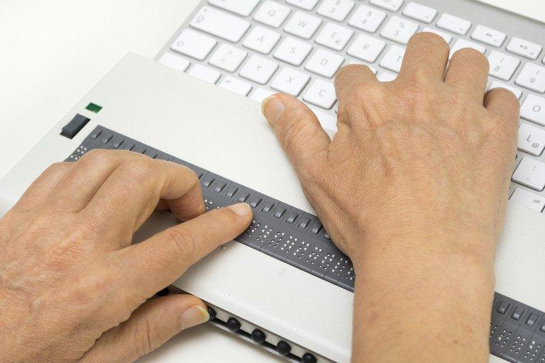 Verwendung einer Braille-Zeile für barrierefreie Websites