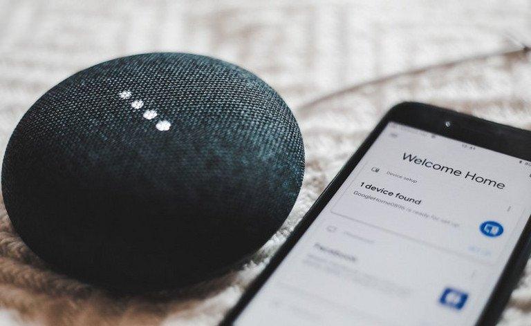 Google Home mit einem Smartphone